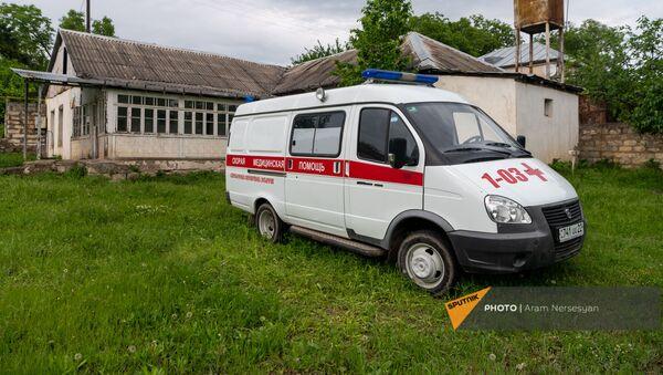 Автомобиль скорой помощи у медицинской амбулатории села Кармир Шука - Sputnik Արմենիա