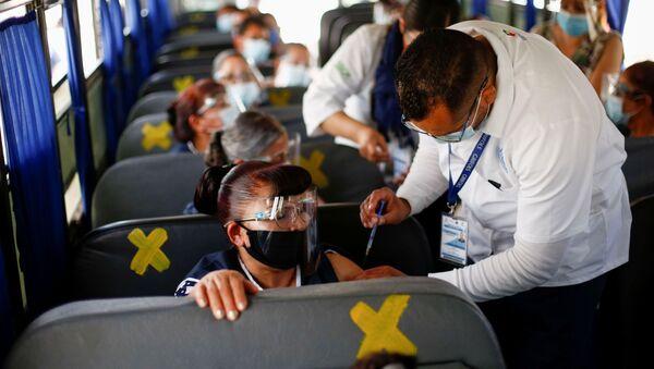 Сотрудники получают дозу вакцины от коронавируса Pfizer-BioNTech (COVID-19) в автобусе в Сьюдад-Хуарес, Мексика - Sputnik Արմենիա