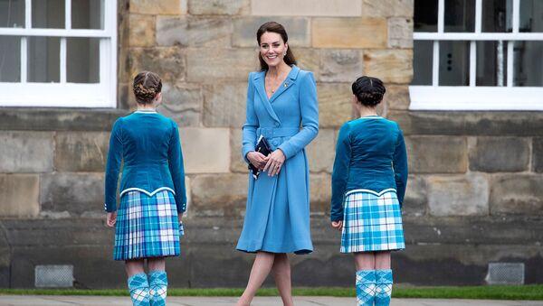 Кейт Мидлтон, герцогиня Кембриджская, встречает шотландских танцоров во дворце Холирудхаус (27 мая 2021). Эдинбург - Sputnik Армения