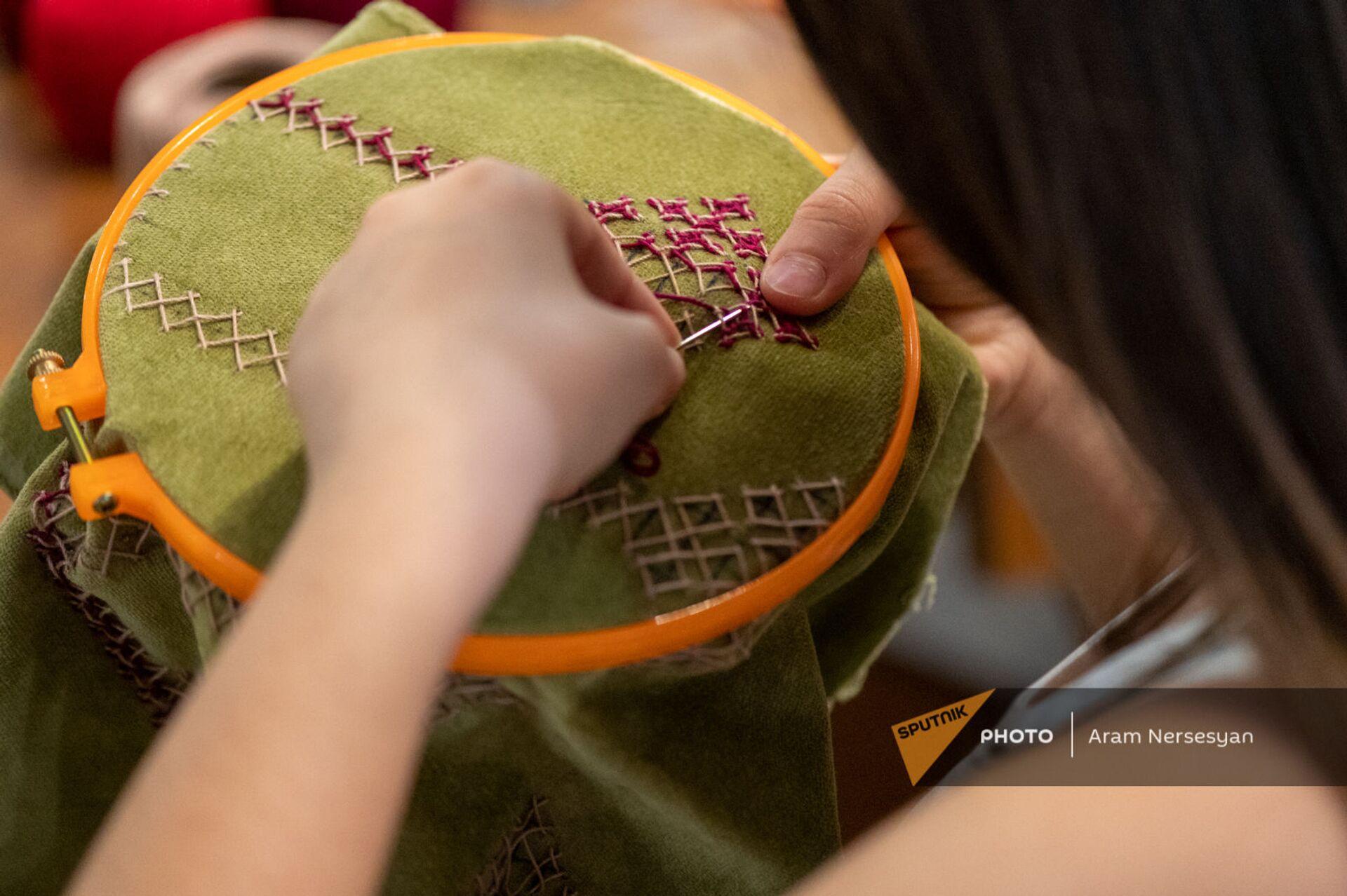 Искусство вышивания как искусство выживания: карабахские женщины осваивают новую профессию - Sputnik Армения, 1920, 31.05.2021