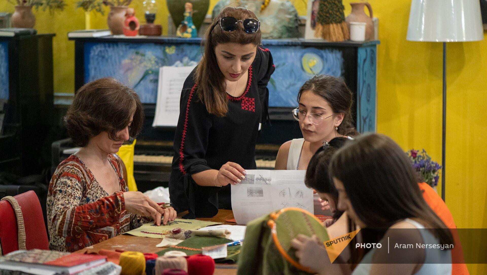 Арцахские женщины получают навыки ручной работы - Sputnik Армения, 1920, 31.05.2021