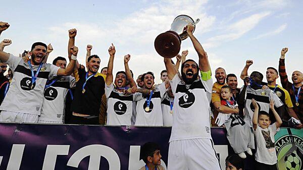 Футболисты Алашкерт с трофеем чемпиона Армянской премьер-лиги Vbet  (28 мая 2021). Еревaн - Sputnik Армения