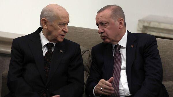 Президент Турции Реджеп Тайип Эрдоган беседует с лидером оппозиционной партии Националистического движения и своим главным политическим союзником Девлетом Бахчели (19 ноября 2019). Анкара - Sputnik Армения