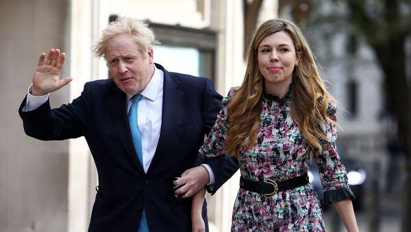 Премьер-министр Великобритании Борис Джонсон и Кэрри Саймондс прибывают на избирательный участок в Вестминстере  - Sputnik Армения