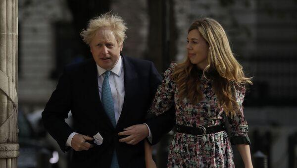 Премьер-министр Великобритании Борис Джонсон и Кэрри Саймондс прибывают на избирательный участок в Вестминстере - Sputnik Արմենիա