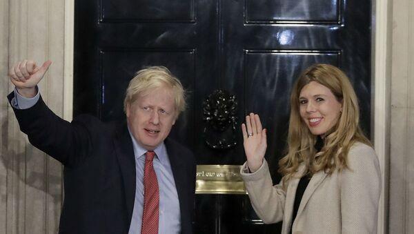 Премьер-министр Великобритании Борис Джонсон и Кэрри Саймондс машут рукой со ступенек на Даунинг-стрит  - Sputnik Армения