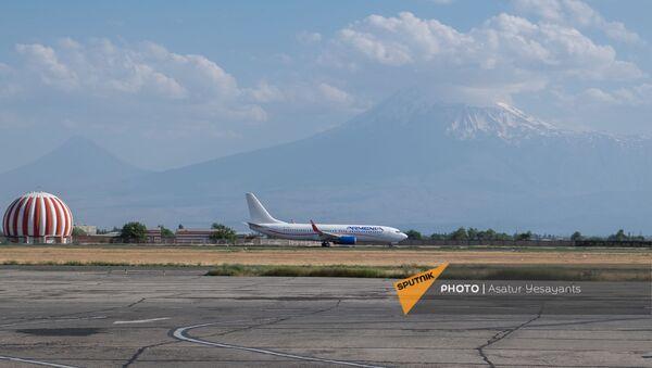 Boeing 737–800 авиакомпании Armenia на взлетной полосе международного аэропорта Звартноц - Sputnik Արմենիա