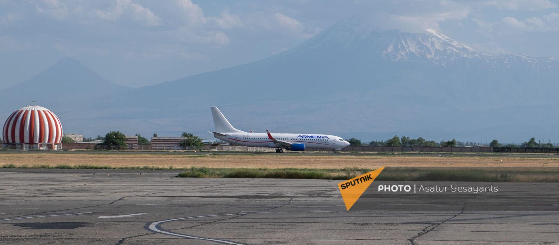 Boeing 737–800 авиакомпании Armenia на взлетной полосе международного аэропорта Звартноц - Sputnik Արմենիա, 1920, 15.07.2021