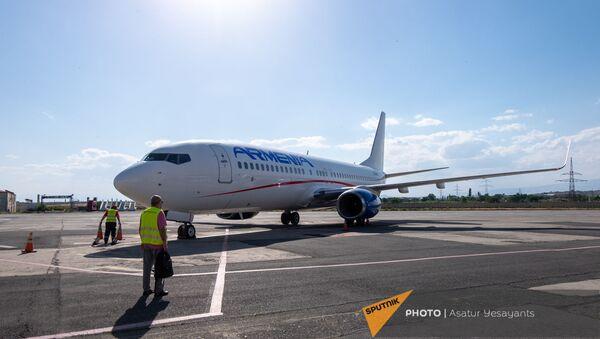 Boeing 737–800 авиакомпании Armenia на взлетной полосе международного аэропорта Звартноц - Sputnik Армения