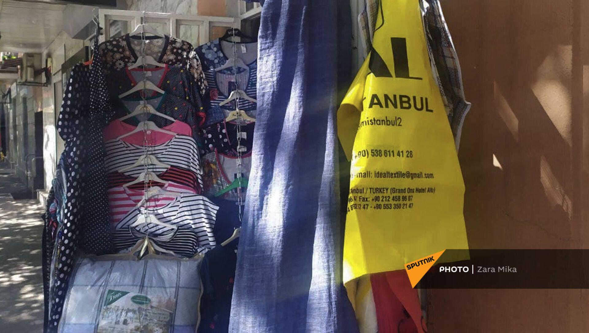 Турецкие пакеты на витрине с одеждой на улице Пароняна - Sputnik Արմենիա, 1920, 02.07.2021