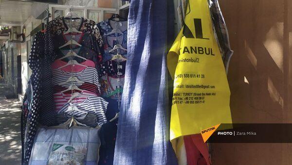 Турецкие пакеты на витрине с одеждой на улице Пароняна - Sputnik Армения