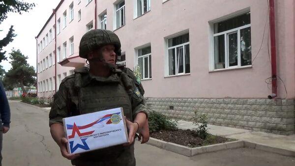 Гуманитарная акция российских миротворцев в населенном пункте Мартуни - Sputnik Армения