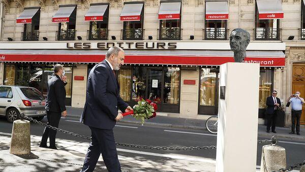 И.о. премьер-министра Никол Пашинян во время возложения цветов к памятнику Шарля Азнавура в Париже - Sputnik Արմենիա