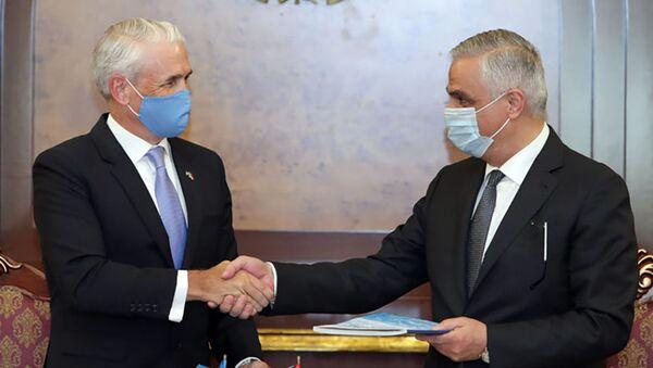 И.о. вице-премьер-министра Мгер Григорян и постоянный координатор ООН в Армении Шомби Шарп - Sputnik Արմենիա