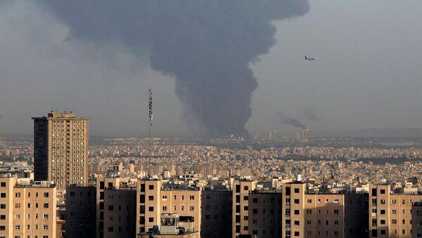 Дым над нефтеперерабатывающим заводом Тегерана (2 июня 2021). Иран - Sputnik Армения