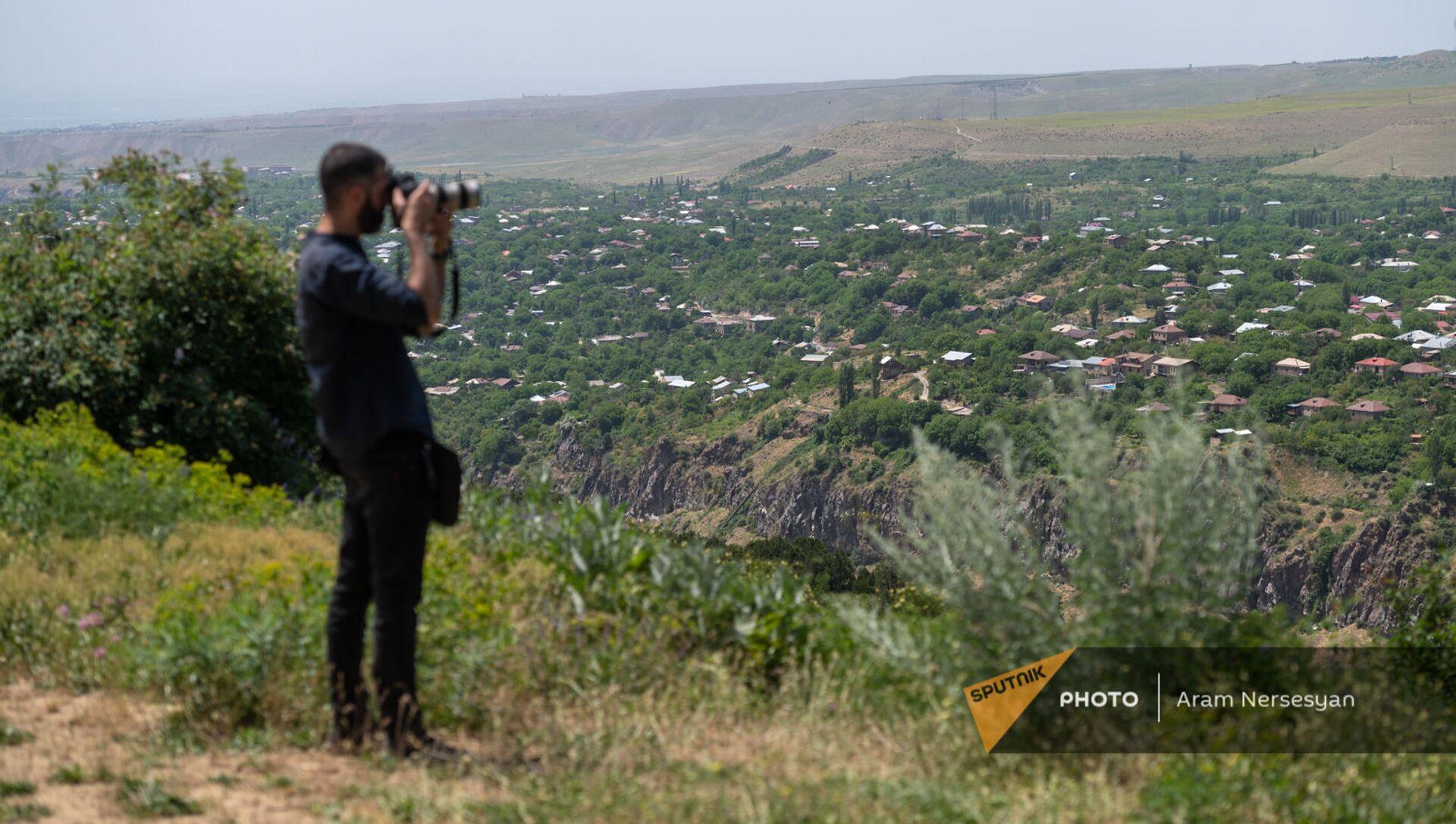 Фотограф Ваграм Багдасарян на пресс-туре во время презентации новых эко-туристических маршрутов в Хосровском заповеднике - Sputnik Արմենիա, 1920, 03.06.2021
