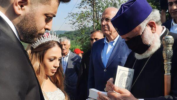 Католикос Гарегин II благословляет молодоженов на первой свадьбе после войны (3 июня 2021). Шурнух - Sputnik Армения