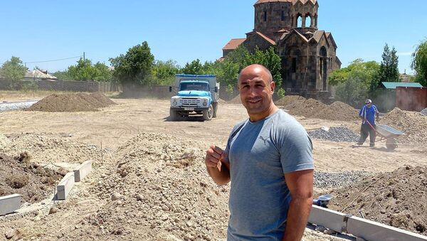 Артур Абрахам на месте строительства зоны отдыха в районе Неркин Чарбах - Sputnik Արմենիա