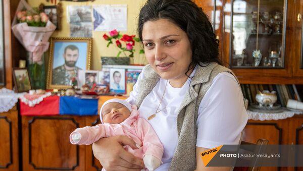 Жена и дочь погибшего добровольца Ованеса Маркосяна Ани и Мила - Sputnik Արմենիա