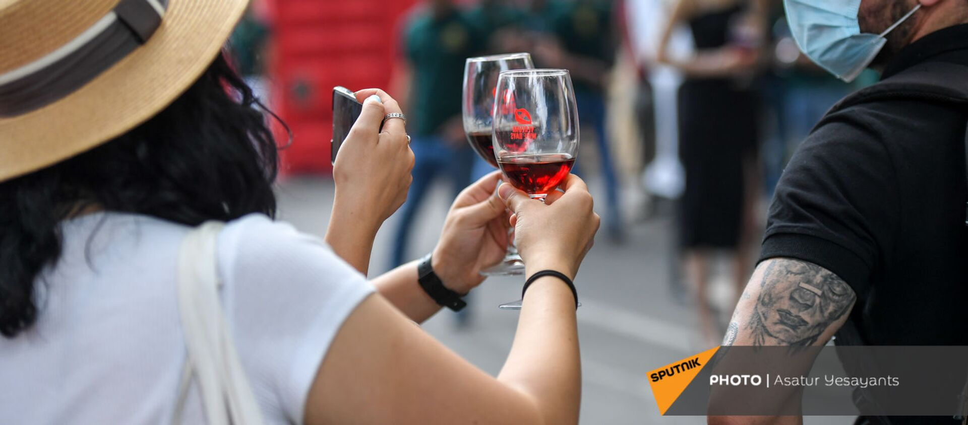 Посетители Фестиваля вина на улице Сарьяна (4 июня 2021). Еревaн - Sputnik Արմենիա, 1920, 04.06.2021
