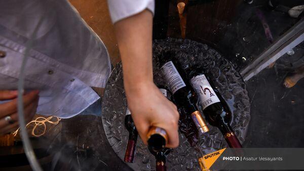 Посетители Фестиваля вина на улице Сарьяна (4 июня 2021). Еревaн - Sputnik Армения