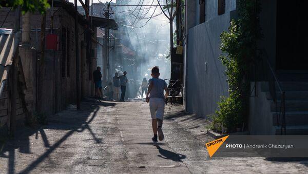 Мальчик на улице Антараин бежит в сторону пожарных - Sputnik Армения