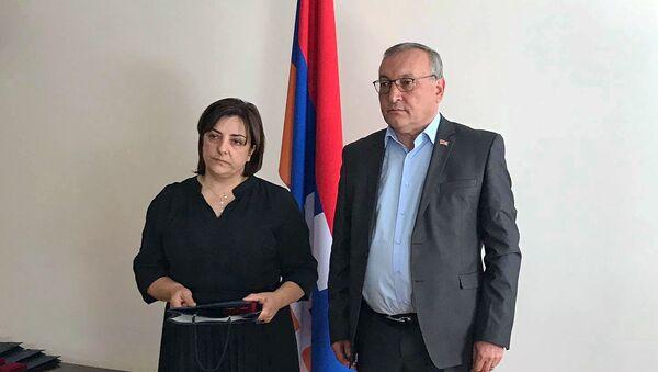 Председатель НС Карабаха Артур Товмасян вручил посмертные медали и ордена родственникам павших военнослужащих (6 июня 2021). Еревaн - Sputnik Արմենիա