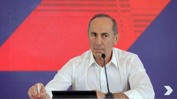 Роберт Кочарян на встрече с гражданами административных районов Ачапняк и Давиташен (6 июня 2021). Еревaн - Sputnik Армения