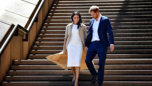 Принц Гарри с супругой Меган на лестнице Оперного театра в Сиднее (16 октября 2018). Австралия - Sputnik Армения