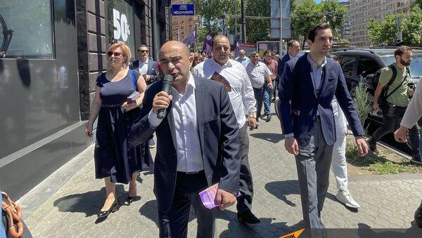 Председатель парламентской фракции Просвещенная Армения Эдмон Марукян во время предвыборной агитации (07.06.21). Еревaн - Sputnik Արմենիա