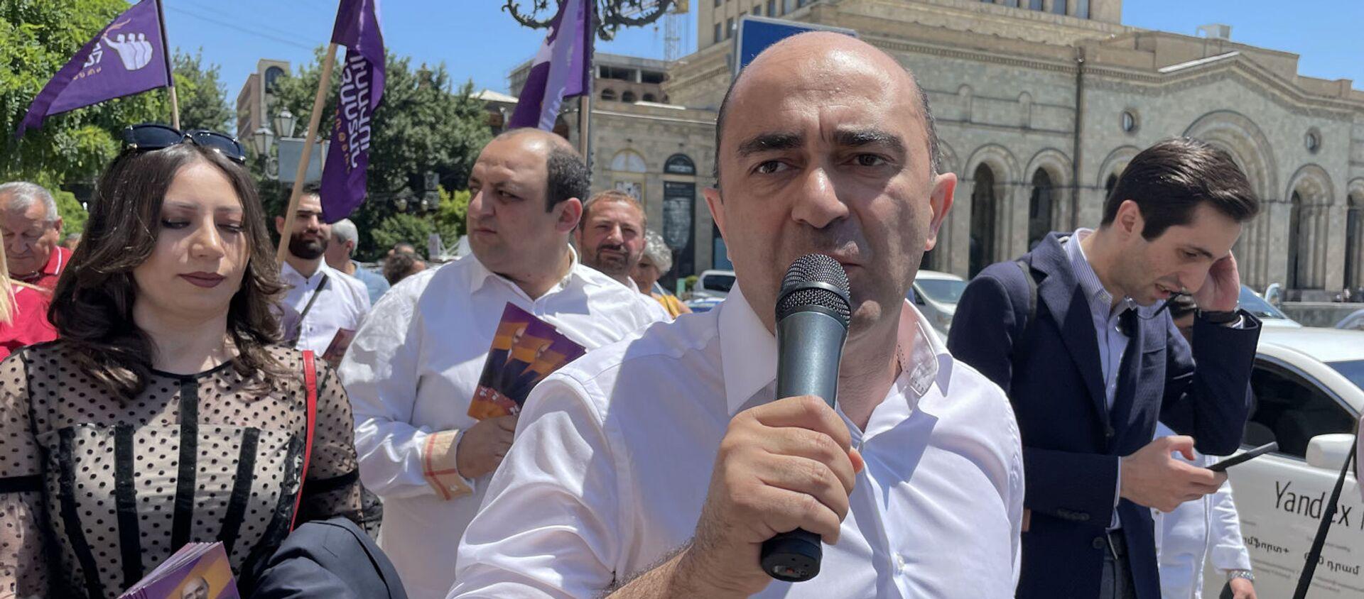 Председатель парламентской фракции Просвещенная Армения Эдмон Марукян во время предвыборной агитации (07.06.21). Еревaн - Sputnik Արմենիա, 1920, 07.06.2021