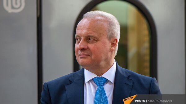 Чрезвычайный и Полномочный посол России в Армении Сергей Копыркин на церемонии принятия новых пассажирских вагонов (8 июня 2021). Еревaн - Sputnik Армения