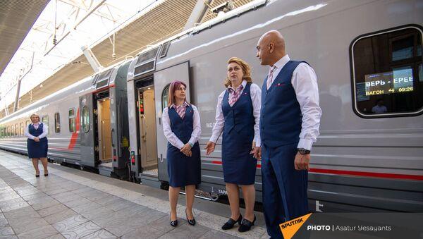 Бортпроводники у новых пассажирских вагонов российского производства, прибывших в столицу (8 июня 2021). Еревaн - Sputnik Армения