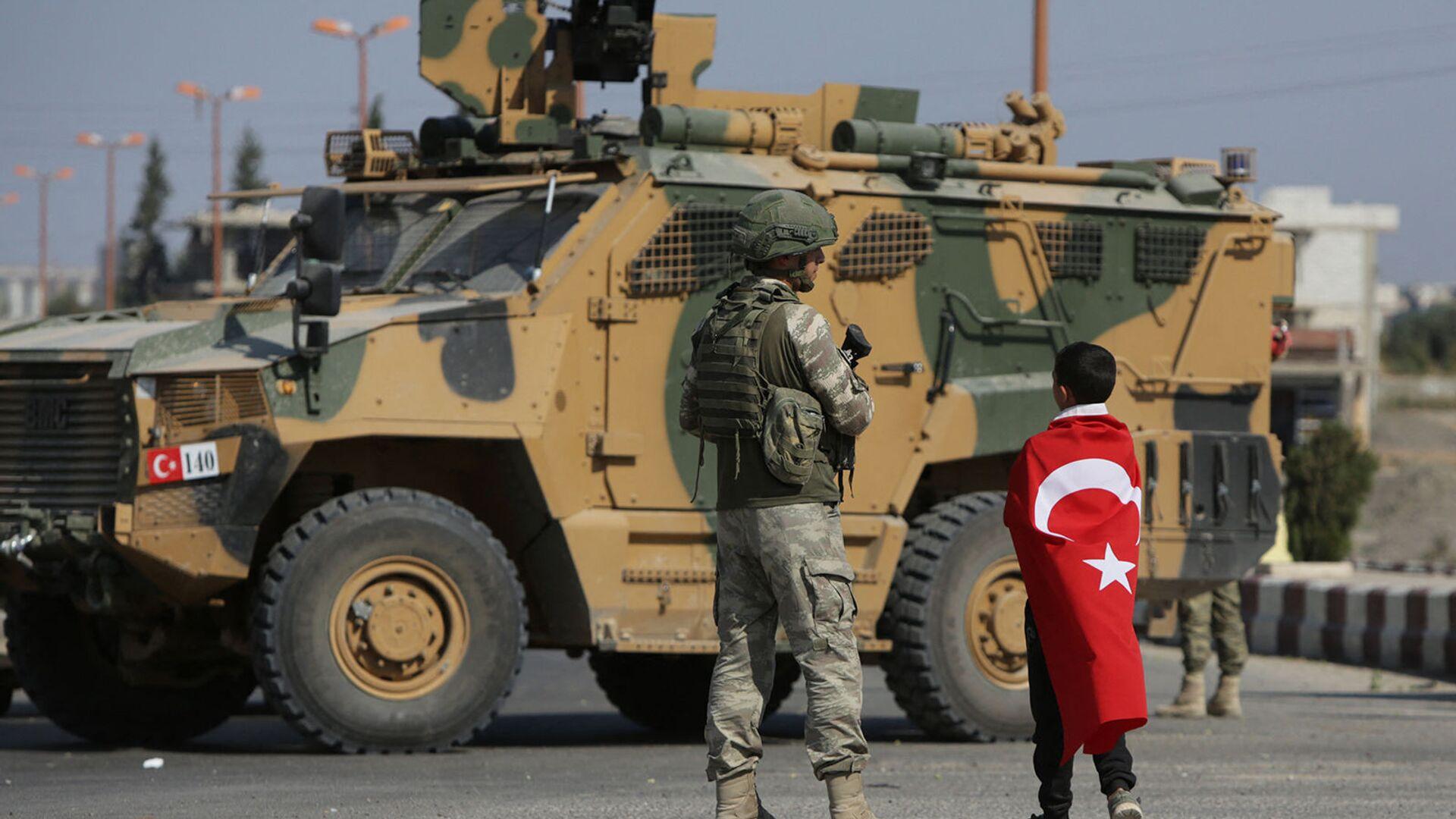Турецкие солдаты патрулируют у города Таль - Абьяд, расположенный на сирийско-турецкой границе (23 октября 2019). Сирия - Sputnik Армения, 1920, 18.09.2021