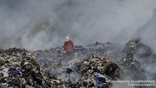 Сотрудники МЧС на месте пожара на свалке в Нубарашене (8 июня 2021). Еревaн - Sputnik Արմենիա