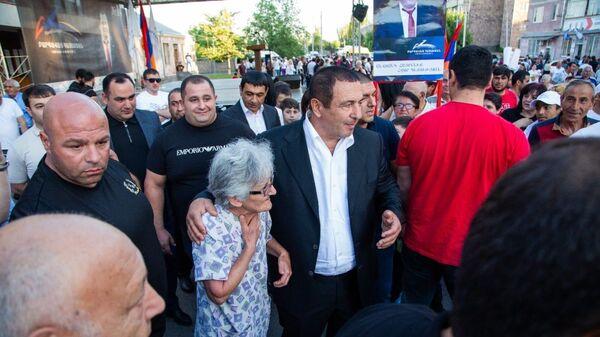 Лидер партии «Процветающая Армения» Гагик Царукян во время предвыборной кампании в Котайкской области - Sputnik Արմենիա