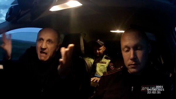 Пьяный водитель пытался съесть протокол и сбежать от инспекторов – видео  - Sputnik Армения
