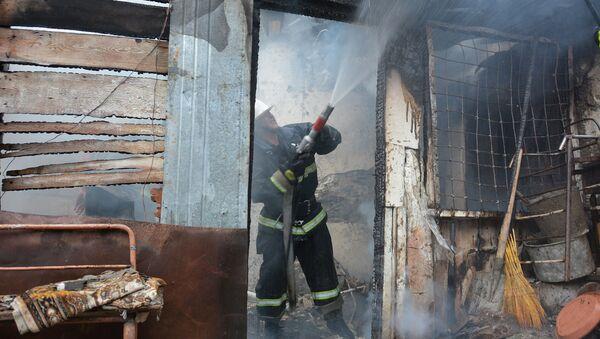 Пожарники за работой в Арменаванском районе Степанакерта - Sputnik Արմենիա
