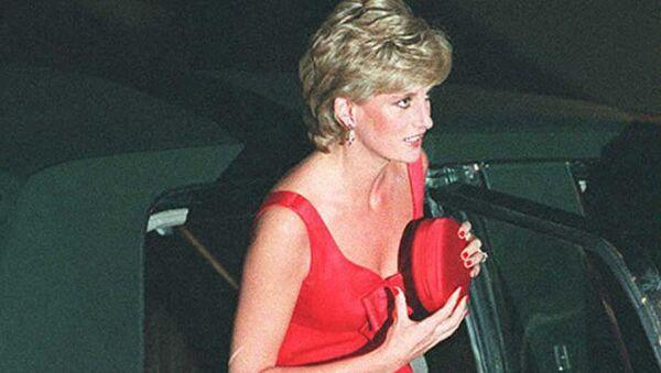 Британская принцесса Диана выходит из машины в Пти-Пале, куда она прибыла на обед в ее честь (25 сентября 1995). Париж - Sputnik Армения