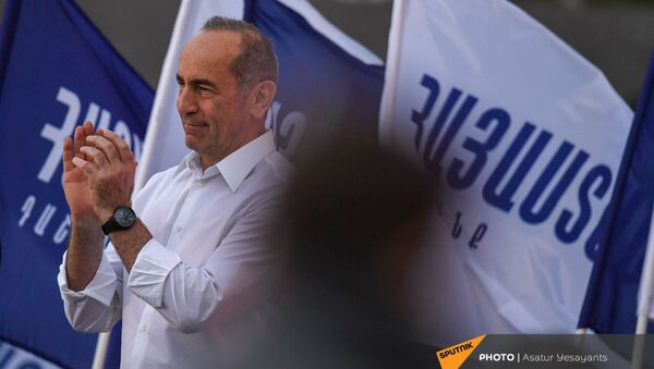 Роберт Кочарян на предвыборной агиткампании в административном районе Нор Норк (9 июня 2021). Еревaн - Sputnik Армения