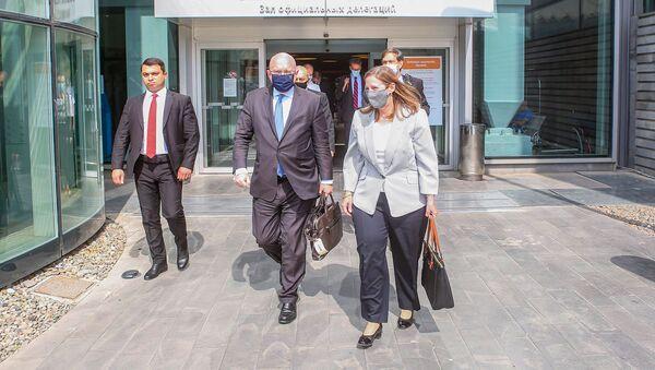 Посол США Лин Трейси встречает и.о. заместителя госсекретаря США по вопросам Европы и Евразии Филипа Рикера в аэропорту Звартноц (9 июня 2021). Еревaн - Sputnik Армения