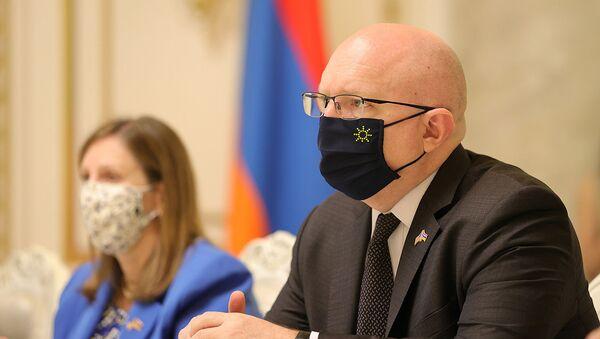 И.о. заместителя госсекретаря США по вопросам Европы и Евразии Филип Рикер на встрече с и.о. премьер-министра Армении (10 июня 2021). Еревaн - Sputnik Армения