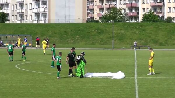 В Польше парашютист приземлился на футбольное поле во время матча и получил желтую карточку - Sputnik Армения