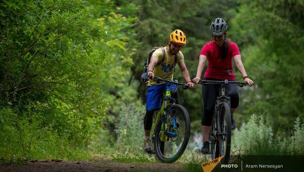 Вагинак Карапетян и Эмма Петросян в парке для горных велосипедов в Ванадзоре - Sputnik Արմենիա
