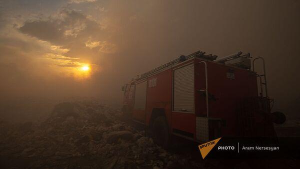 Пожарная машина на фоне заката на нубарашенской мусорной свалке - Sputnik Армения