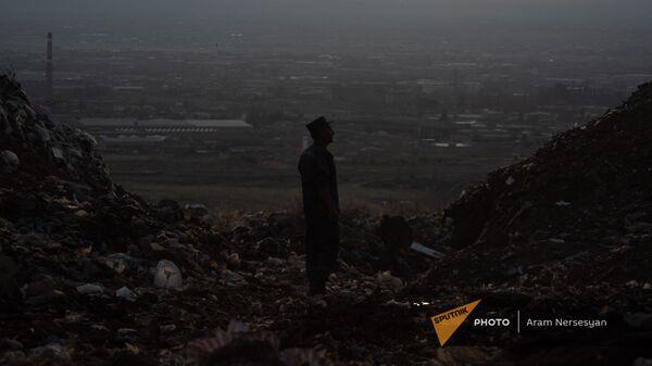 Подполковник Гарегин Акопян на нубарашенской мусорной свалке - Sputnik Արմենիա