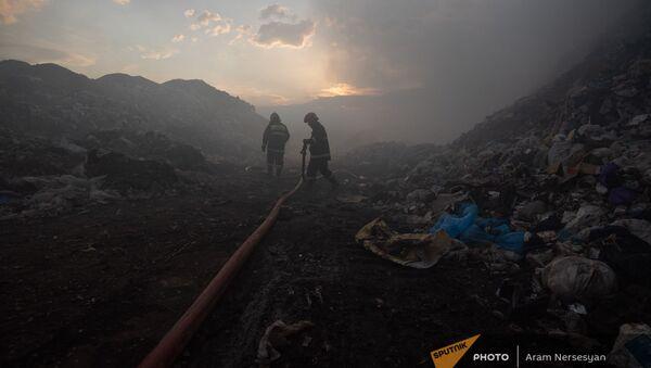 Сотрудники МЧС за работой на нубарашенской мусорной свалке - Sputnik Արմենիա