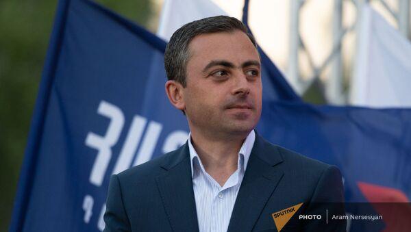 Ишхан Сагателян на предвыборной агиткампании блока Айастан в административном районе Нор Норк (9 июня 2021). Еревaн - Sputnik Արմենիա