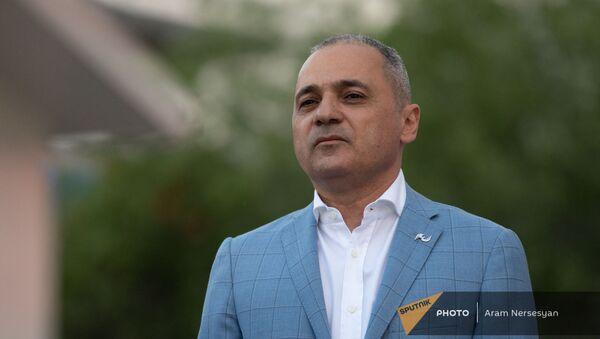 Ваге Акопян на предвыборной агиткампании блока Айастан в административном районе Нор Норк (9 июня 2021). Еревaн - Sputnik Армения