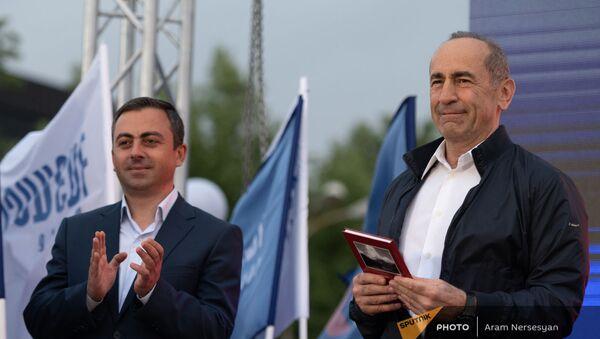 Роберт Кочарян и Ишхан Сагателян на предвыборной агиткампании блока Айастан в административном районе Нор Норк (9 июня 2021). Еревaн - Sputnik Армения